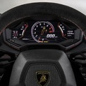 """<p class=""""Normal""""> <strong>1. Công tắc đèn trên Lamborghini Huracan</strong></p> <p class=""""Normal""""> """"Một chiếc Audi R8 sắc sảo hơn và thiếu thực dụng"""" là câu nói mà nhiều người vẫn miêu tả ngắn gọn về Lamborghini Huracan. Thực tế, siêu xe Italy sở hữu nhiều chi tiết tương đồng với Audi R8, nhưng cabin thiếu tiện nghi, tầm nhìn hẹp hơn do cách bố trí giống với máy bay chiến đấu. Tuy nhiên, câu nói này không hoàn toàn chính xác. Trên vô-lăng của Lamborghini Huracan có một chức năng tiện nghi mà không phải mẫu xe nào cũng có.</p> <p class=""""Normal""""> Trong khi các mẫu xe khác có công tắc đèn dạng cần gạt, trên Huracan nó được tích hợp trên vô-lăng. Thiết kế cụm công tắc đèn rất đơn giản và dễ sử dụng như trên chiếc xe máy phổ thông, đèn xi-nhan gạt trái/phái, đèn pha được bật chỉ bằng một nút nhấn. Ảnh: <em>Top Gear</em>.</p>"""