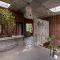 <p> Ngôi nhà 2 tầng được xây dựng với một khung bê tông cốt thép, xây bằng gạch đỏ không tô trát.</p>