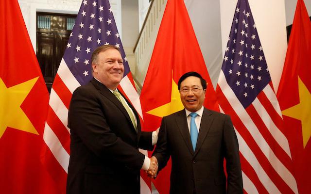Ngoại trưởng Mỹ Mike Pompeo (trái) cùng Phó thủ tướng, Bộ trưởng Ngoại giao Phạm Bình Minh.
