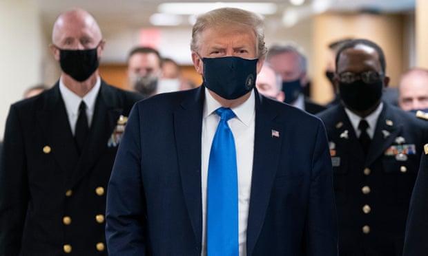 Trump lần đầu tiên đeo khẩu trang nơi công cộng