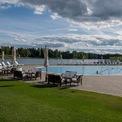 <p> Hồ bơi rộng rãi với hàng ghế để ngắm cảnh và sưởi nắng.</p>