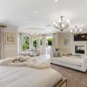 """<p class=""""Normal""""> Biệt thự gồm 7 phòng ngủ, 10 phòng tắm với tông màu chủ đạo trắng kết hợp gỗ nâu, vàng, đem lại cảm giác ấm cúng.</p>"""