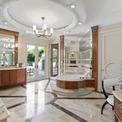 """<p class=""""Normal""""> Phòng tắm được trang bị bàn đá cẩm thạch trắng kết hợp với gỗ vân nâu, cùng những tấm gương trang điểm lớn, tạo không gian rộng, sang trọng và hiện đại.</p>"""