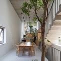 """<p> <span style=""""color:rgb(0,0,0);"""">Mặt tiền của ngôi nhà được thiết kế 2 lớp: lớp vỏ ngoài cùng bằng gạch xếp tạo lỗ và lớp trong bằng kính khung sắt. Kết hợp vườn cây ở giữa, ngôi nhà được chắn bụi bẩn, che nắng và đồng thời vẫn cho phép thông gió tự nhiên dọc theo cả chiều dài. Đồng thời, mặt tiền của ngôi nhà cũng được thiết kế với một ô cửa sổ lớn, cho phép nhiều ánh sáng vào nhà hơn những khi cần thiết.</span></p>"""