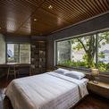<p> Phòng ngủ được bố trí tại điểm góc của hình đa giác. Cửa sổ cùng cây xanh đem đến bầu không khí trong lành, thư thái.</p>