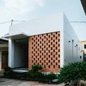 <p> Cuối cùng, căn nhà nhỏ ở vùng ngoại ô TP HCM, trên miếng đất có diện tích 200 m2 với cảm hứng chủ đạo là ưu tiên các yếu tố tự nhiên, mới mẻ, mức độ riêng tư cao. Khu vực xung quanh hầu hết là các ngôi nhà thấp tầng cũ kỹ từ nhiều năm.</p>