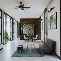 <p> Các kiến trúc sư đã thiết kế một phòng khách, phòng ăn chung nằm dọc chiều dài ngôi nhà. Sau đó là 3 phòng ngủ, được cách biệt với nhau bởi những bức tường được trang trí hoa văn trắng - đen cùng tông với toàn bộ ngôi nhà.</p>