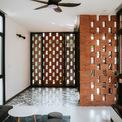 <p> Lối xây dựng này che chắn ngôi nhà khỏi ánh sáng mặt trời trực tiếp và mời không khí trong lành vào nhà. nhà. Nhờ khả năng tương thích với không khí nhiệt đới địa phương, gạch thô là vật liệu phổ biến trong ngôi nhà. Nó trở thành mảnh trung tâm của cảm hứng sáng tạo.</p>