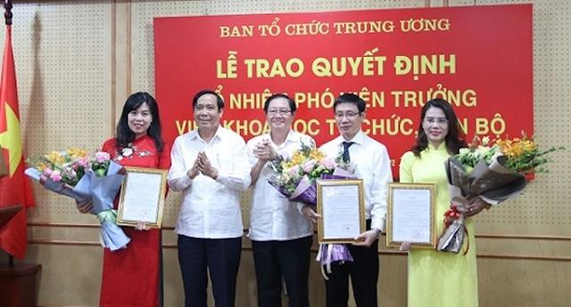 Ba tân Phó viện trưởng Viện Khoa học tổ chức, cán bộ (cầm hoa) nhận quyết định bổ nhiệm.