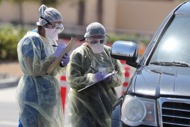 Hospital staff perform drive-thru tests for coronavirus disease (COVID-19) in Indian Wells, California, U.S., March 26, 2020. REUTERS/Lucy Nicholson