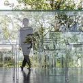 <p> Sự phản chiếu của con người và thiên nhiên lên mặt kính có thể tạo cảm hứng làm việc cho đội ngũ kiến trúc sư.</p>