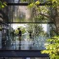<p> Do văn phòng được thiết kế mở để kết nối với khu vườn, vấn đề ánh sáng được giải quyết hoàn toàn. Hầu hết vào ban ngày, văn phòng không cần sử dụng đèn, ngay cả trong thời tiết xấu hoặc ánh sáng mặt trời yếu.</p>