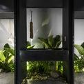 <p> Không gian trong nhà mở hơn là bị phân chia bởi các phân vùng. Do đó, các hiệu ứng hình ảnh thu được khiến mọi người chỉ tập trung vào khu vườn, màu xanh của cây cối, bầu trời ...</p>