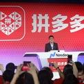 """<p> Trong khi nhiều nhà sáng lập mơ về việc phát hành cổ phiếu ra công chúng lần đầu (IPO) tại Phố Wall, Huang vẫn chọn ở lại quê nhà Trung Quốc. Ngày 26/7/2018, trong lúc Pinduoduo lên sàn chứng khoán Nasdaq (Mỹ), nhà sáng lập Colin Huang vẫn ở lại Thượng Hải để thực hiện lễ rung chuông cùng các nhà đầu tư và khách hàng. """"Tôi nghĩ sẽ tốt hơn nếu tất cả khách hàng và nhà đầu tư đều có mặt tại sự kiện này"""", Huang trả lời truyền thông Trung Quốc. Ảnh: <em>Getty Images.</em></p>"""