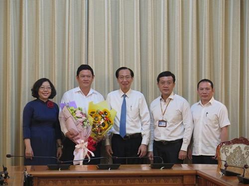 Phó Chủ tịch Thường trực UBND TP Lê Thanh Liêm trao quyết định cho ông Lưu Trung Hòa.