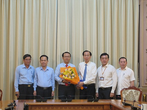 Phó Chủ tịch Thường trực UBND TP Lê Thanh Liêm trao quyết định tiếp nhận và bổ nhiệm ông Nguyễn Thanh Nhựt giữ chức Phó Giám đốc Công ty TNHH Thảo Cầm Viên Sài Gòn.