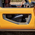<p> Ford Bronco First Edition 2021 sở hữu thiết kế thân xe và nắp capô giống các phiên bản First Edition trước đây với ghế bọc da, hệ thống treo tạo khoảng sáng gầm xe lớn, và hệ thống 4x4 tự động</p>