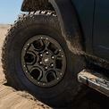 <p> Gói trang bị tiêu chuẩn Sasquatch Package gồm lốp 35 inch cỡ lớn, khóa vi sai trước và sau, vòm bánh xe nâng cao.</p>