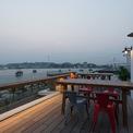 """<p class=""""Normal""""> Tầng thượng trên tầng 5 có tầm nhìn vươn ra Vịnh Hạ Long, nơi du khách có thể ngắm bình minh và hoàng hôn trên<span>bãi biển, thư giãn hoặc tham gia các bữa tiệc đêm.</span></p>"""