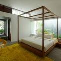 <p> Ngôi nhà được thiết kế và xây dựng theo phong cách hiện đại, tối giản với rất nhiều cây xanh bên trong. Không gian trong nhà đón ánh sáng tốt và thông thoáng tự nhiên.</p>