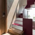 <p> Cầu thang được cấu trúc với các đường cong, đường nét, các phần rỗng và được sơn nổi bật.</p>