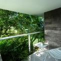 <p> Nhà bố trí nhiều ban công với mái hiên rộng để các thành viên có thể thư giãn, nghỉ ngơi bên cạnh khu vườn.</p>