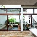 <p> Tất cả không gian chính như sinh hoạt gia đình, ăn uống và nhà bếp đều hợp nhất thành một; mở ra một sân trong lớn, là nguồn ánh sáng tự nhiên và thông gió chính cho ngôi nhà.</p>