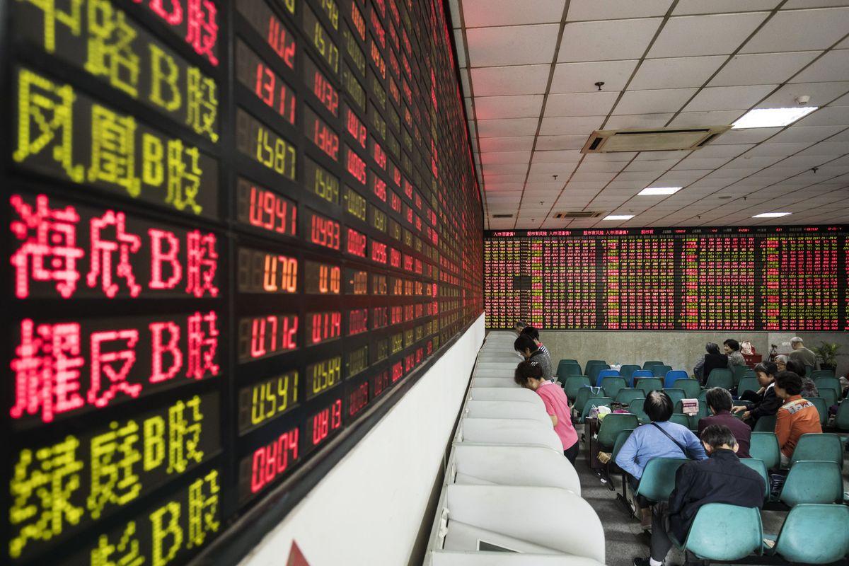 Một tháng chật vật 'cầm cương' thị trường chứng khoán của Trung Quốc