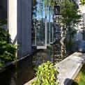 <p> Gia chủ dành 110 m2 (hơn nửa diện tích đất) để làm lối vào văn phòng, để xe, hồ nước, vườn rau, chỗ sinh hoạt ngoài trời, nhờ đó, ngôi nhà mang lại cảm giác gần gũi, thân thiện.</p>