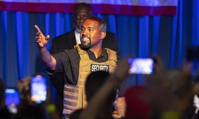 Kanye West trên sân khấu buổi vận động tranh cử ở Charleston, bang Nam Carolina, ngày 19/7. Ảnh: Post and Courier.