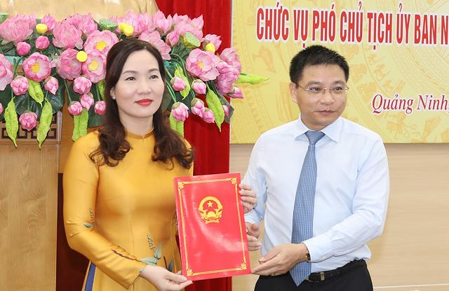 Chủ tịch UBND tỉnh Quảng Ninh Nguyễn Văn Thắng trao quyết định và chúc mừng tân Phó Chủ tịch Nguyễn Thị Hạnh.