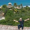"""<p> <strong>Giả vờ giàu để du lịch miễn phí</strong>: Trên website của Virgin, Branson tiết lộ lý do ông mua lại hòn đảo riêng Necker Island. Khi mới thành lập hãng băng đĩa Virgin Records, Branson thấy quảng cáo rao bán hòn đảo Necker Island. Muốn du lịch tới hòn đảo này, ông gọi điện cho đại lý bất động sản và giả vờ rằng mình là một khách hàng tiềm năng. Nhờ đó, ông và Joan Templeman, hiện là vợ ông, đã có một kỳ nghỉ miễn phí tại Necker Island. Đại lý bất động sản không biết Branson không đủ khả năng mua hòn đảo có """"giá ưu đãi 6 triệu USD"""". Khi phát hiện ra sự thật, đại lý để hai người tự trang trải chi phí bay về nhà. Dù vậy, sau này Branson đã trở thành chủ nhân của Necker Island. Ảnh:<em> Virgin.</em></p>"""
