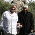 """<p> <strong>Tình bạn với Nelson Mandela</strong>: Trong cuốn sách Finding my Virginity, Branson cho biết ông xem Nelson Mandela - nhà chính trị lỗi lạc, cựu tổng thống Nam Phi - là bạn thân và cũng là cố vấn của mình. Ông gọi Mandela bằng tên thân mật Madiba. """"Tôi chưa từng biết ai lại làm khuấy động cả khán phòng theo cách như Madiba. Ông ấy làm mọi người phấn khích với sự hài hước, sự khiêm tốn và trí tuệ của mình. Madiba dành thời gian cho bất kỳ ai và sở hữu năng lực ma thuật giúp thúc đẩy những điểm tốt đẹp nhất ở họ"""", tỷ phú Anh chia sẻ trong cuốn sách. Ảnh: <em>Virgin</em>.</p>"""