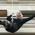 <p> Đu dây xuất hiện tại họp báo: Năm 2006, doanh nhân Branson xuất hiện tại sự kiện ra mắt Virgin Mobile ở Pháp bằng cách đu dây xuống từ trên mái tòa nhà Virgin Megastore, Paris (Pháp). Ảnh: <em>Getty Images</em>.</p>