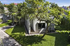 Ngôi nhà trên thảm hoa vàng cỏ xanh
