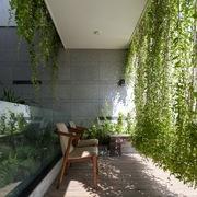 Ngắm bình minh trên biển Đà Nẵng từ ngôi nhà có rèm cửa là cây xanh