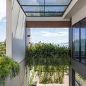 <p> Khu vườn và một phần không gian ở tầng 1 được thiết kế theo chiều thẳng đứng, kéo cao đến tầng 3, vừa mang lại tầm nhìn rộng, thoáng từ bên trong, vừa lấy ánh sáng cho cả ngôi nhà.</p>