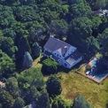 <p> Nhiều năm qua, Neumann đã chi hàng trăm triệu USD để mua bất động sản và đầu tư vào các startup. Kể từ khi thành lập WeWork, Neumann và vợ đã chi hơn 80 triệu USD để mua ít nhất 5 căn nhà, bao gồm một số căn tại thành phố New York và San Francisco Bay Area. Trong ảnh là căn nhà tại Hamptons, New York được vợ chồng Neumann mua với giá 1,7 triệu USD vào năm 2012. Tháng 2/2020, Neumann rao bán căn nhà với giá 1,25 triệu USD - thấp hơn giá mua vào. Ảnh: <em>Google Maps</em>.</p>