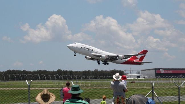 'Nữ hoàng bầu trời' vẽ hình kangaroo trước khi về nghĩa địa máy bay