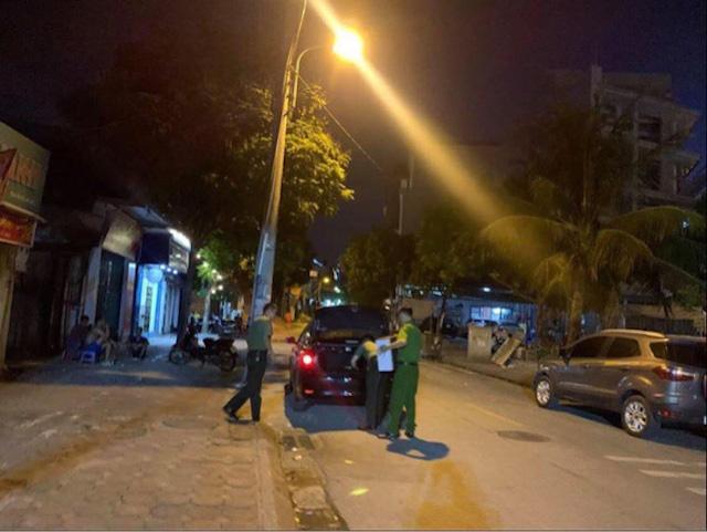 Cơ quan An ninh điều tra khám xét nhà ông Nguyễn Anh Ngọc tối 13-7 - Ảnh: GIANG LONG