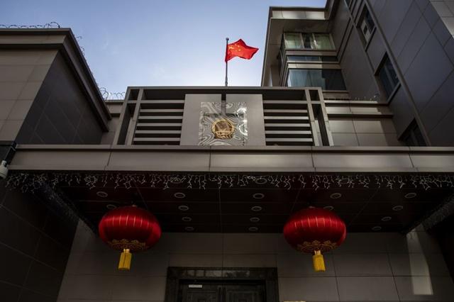 Bên ngoài lãnh sự quán Trung Quốc tại Houston, bang Texas, Mỹ, ngày 22/7. Ảnh: Bloomberg.