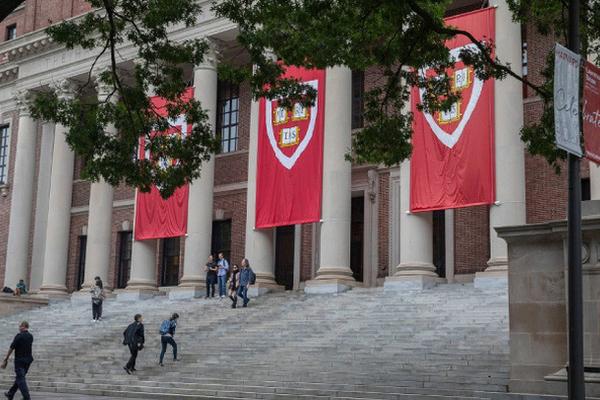 Thu học phí 50.000 USD và dạy trực tuyến hoàn toàn, Harvard bị chê đắt