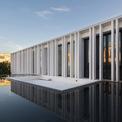 <p> Để chống nóng, các kiến trúc sư đã tạo ra một vùng đệm trên mái nhà. Đó chính là hồ nước.</p>