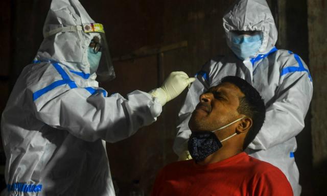 Nhân viên y tế lấy mẫu xét nghiệm tại Kolkata, Ấn Độ, hôm 23/7. Ảnh: AFP.