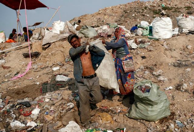 Latifa Bibi giúp chồng mang các bao đựng rác có thể tái chế về nhà.