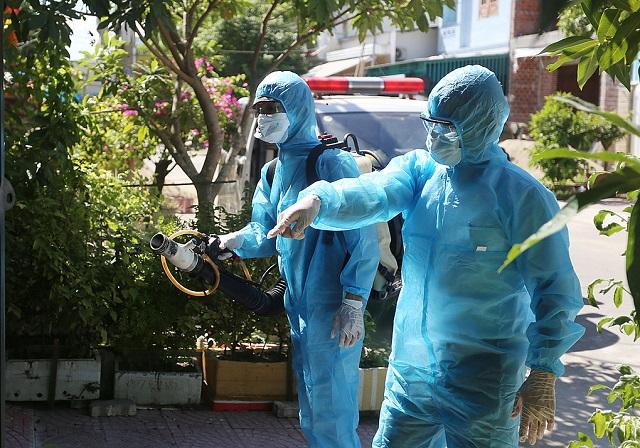Nhân viên y tế phun khử trùng khu dân cư bệnh nhân 416 sinh sống chiều 24/7. Ảnh: Đắc Thành.