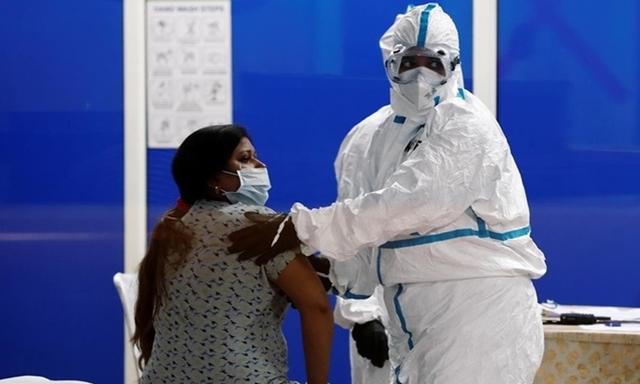 Nhân viên y tế Ấn Độ và bệnh nhân tại một trung tâm chăm sóc cho người nhiễm nCoV ở thủ đô New Delhi ngày 20/7. Ảnh: Reuters.