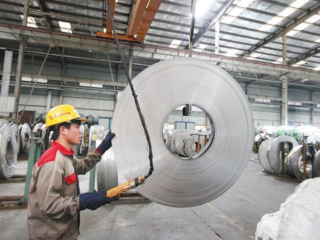 Các chính sách hỗ trợ nên tạo điều kiện thuận lợi hơn về vốn, nguồn nguyên liệu đầu vào, nhân lực, cơ sở vật chất… cho doanh nghiệp sản xuất, kinh doanh. Trong ảnh:Sản xuất bồn nước tại Công ty Sơn Hà. Ảnh: Đức Thanh
