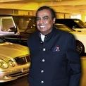 """<p class=""""Normal""""> <strong>Mukesh Ambani:</strong>Tỷ phú giàu nhất châu Á sở hữu bộ sưu tập siêu xe đồ sộ, trong đó có một chiếc Rolls-Royce Cullinan và Bentley Bentayga. Chiếc xe đắt nhất trong bộ sưu tập của tỷ phú Ấn Độ là BMW 760i bọc thép được đặt làm riêng, giá1,4 triệu USD. Ảnh:<em>SCMP</em>.</p>"""