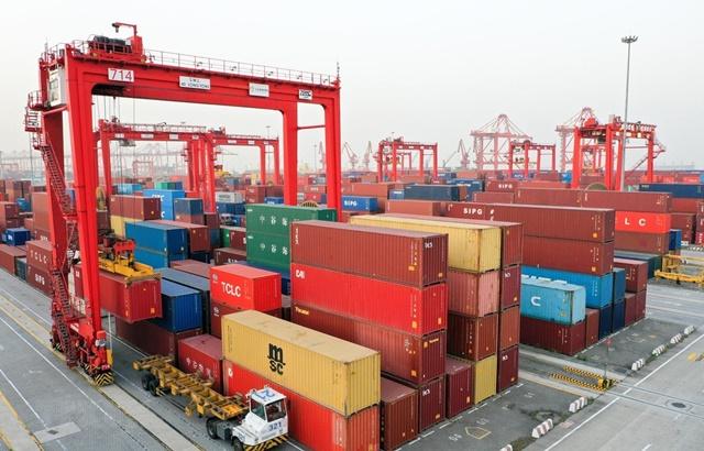 Container hàng hóa được xếp tại cảng ở Giang Tô, Trung Quốc. Ảnh: THX/TTXVN